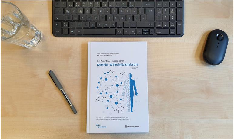 Man sieht einen Schreibtisch mit Utensilien und im Zentrum die Print-Version der Pro-Generika Studie der SIBE.